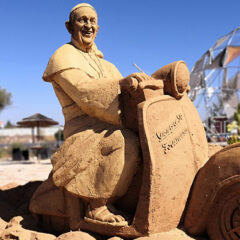 "Sand City brings ""mythological creatures"" to Lagoa"